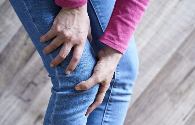 歩くたびに膝が激しく痛みます